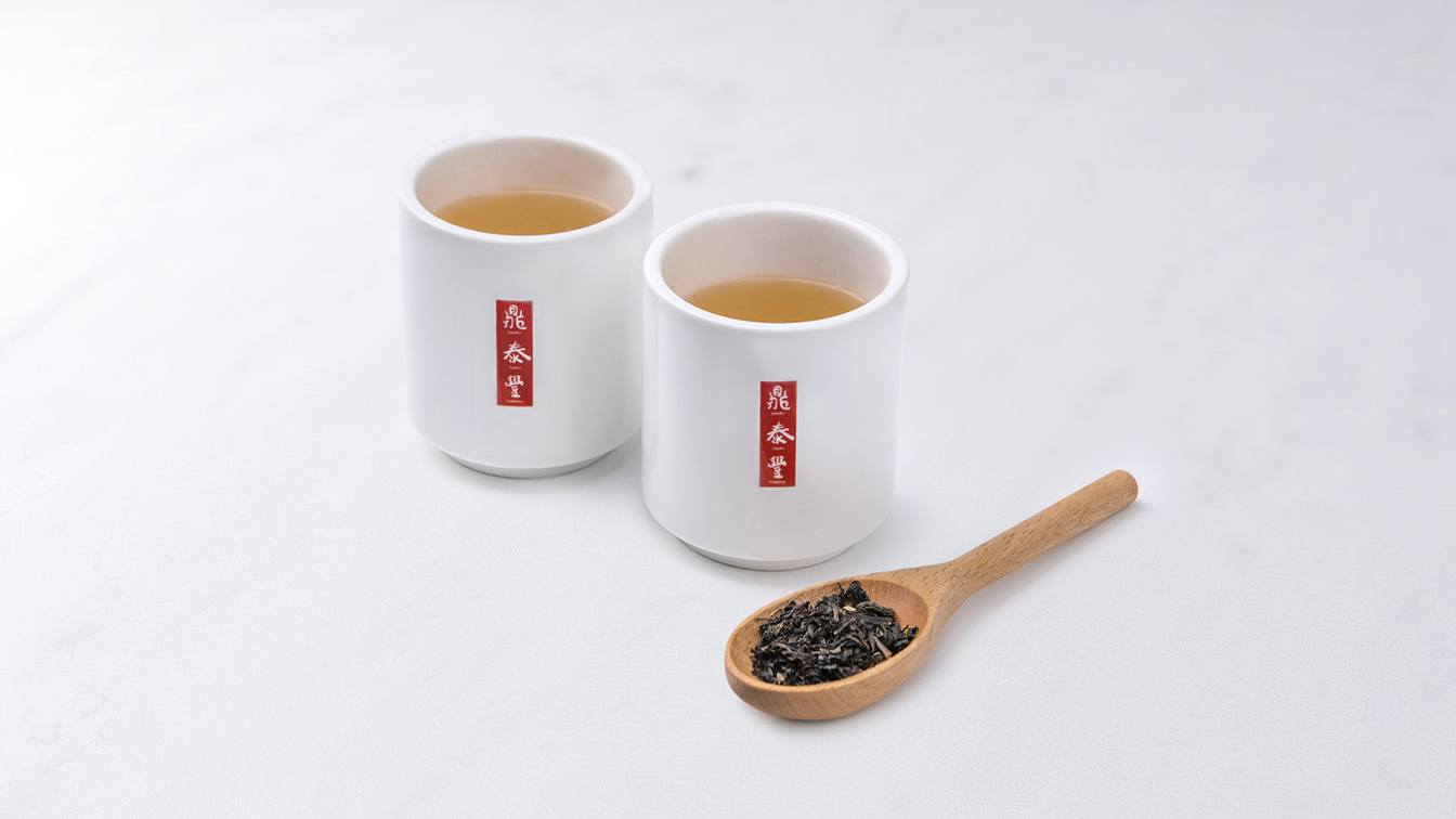 A photo of two cups of Taiwanese hot tea.